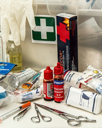 Storm Preppers - How to Make a 40 Piece First Aid Kit - Updated